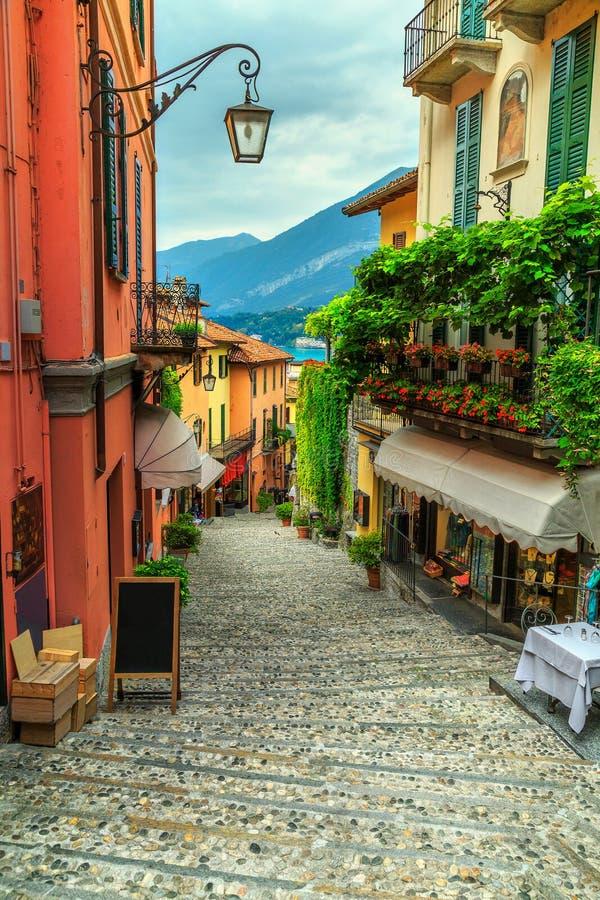 Rua cênico impressionante com casas e as flores coloridas em Bellagio fotos de stock
