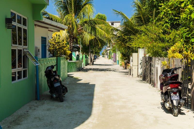 A rua central da ilha tropical, negligenciando o oceano, atol de Kaafu, ilha de Kuda Huraa, Maldive foto de stock royalty free