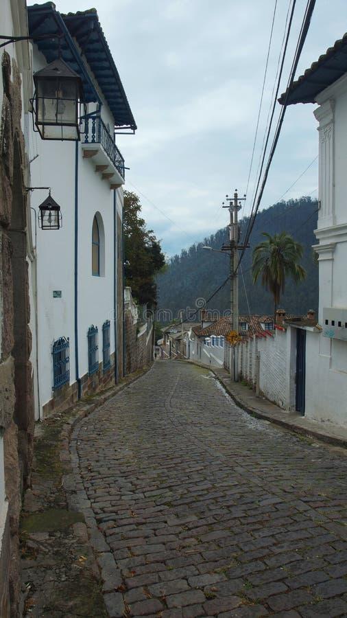 Rua cobbled velha na cidade velha de Guapulo Guapulo é um distrito de Quito, igualmente chamado uma paróquia eleitoral imagens de stock