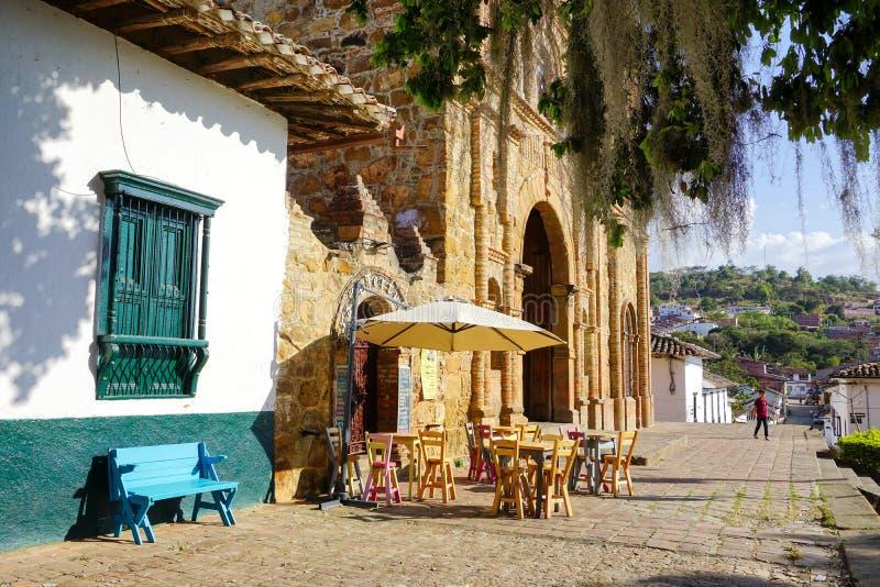 Rua colonial com igreja e cafetaria em Curiti, Colômbia fotografia de stock