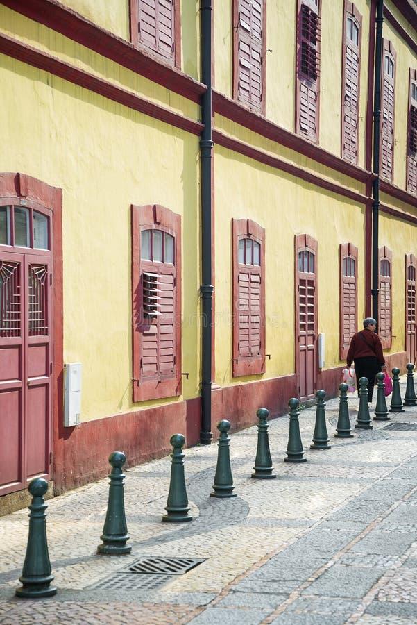 Rua colonial portuguesa da arquitetura na porcelana de macau fotografia de stock