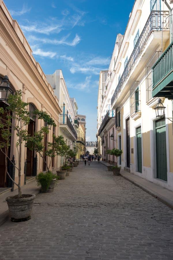 Rua colorida de Havana durante o dia ensolarado, Cuba imagem de stock