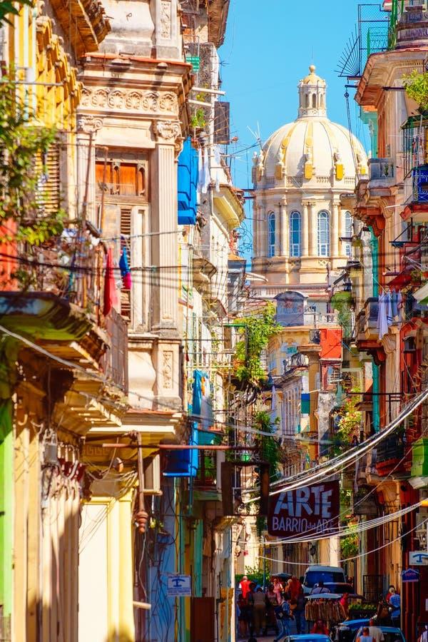 Rua colorida em Havana velho com o palácio presidencial no fundo foto de stock royalty free