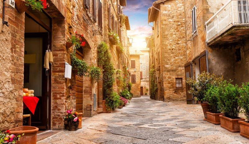 Rua colorida em Pienza, Toscânia, Itália fotos de stock