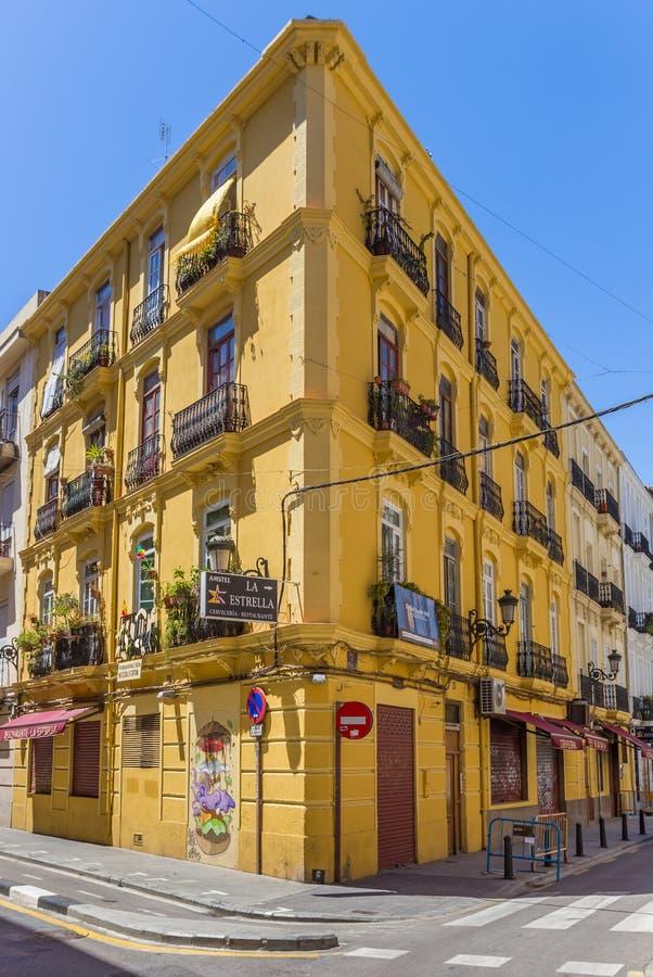 Rua colorida na vizinhança de Russafa de Valência imagens de stock