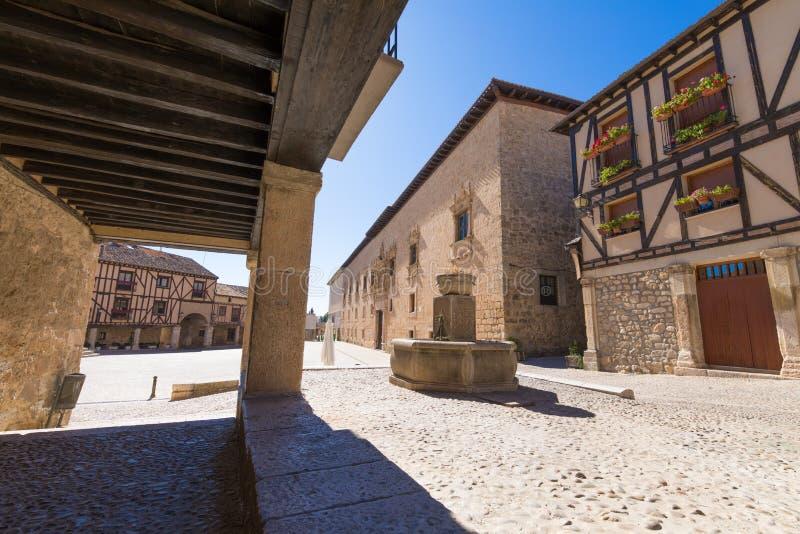 Rua com arcadas na vila de Penaranda de Douro fotografia de stock