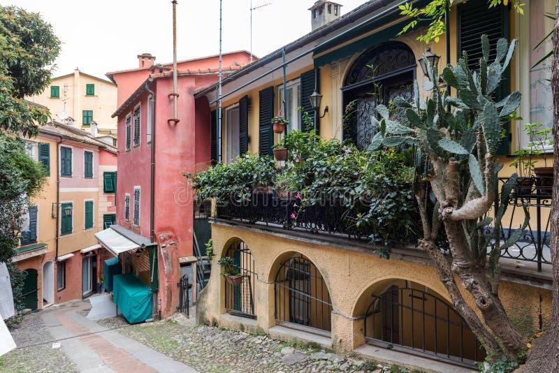 Rua com arquitetura italiana tradicional na cidade de Portofino, Liguria, Itália imagens de stock royalty free