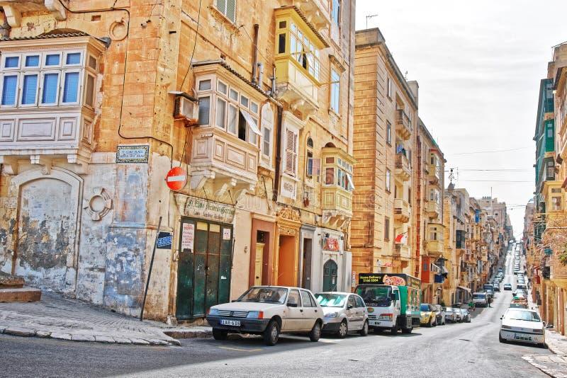 Rua com arquitetura maltesa tradicional em Valletta foto de stock royalty free
