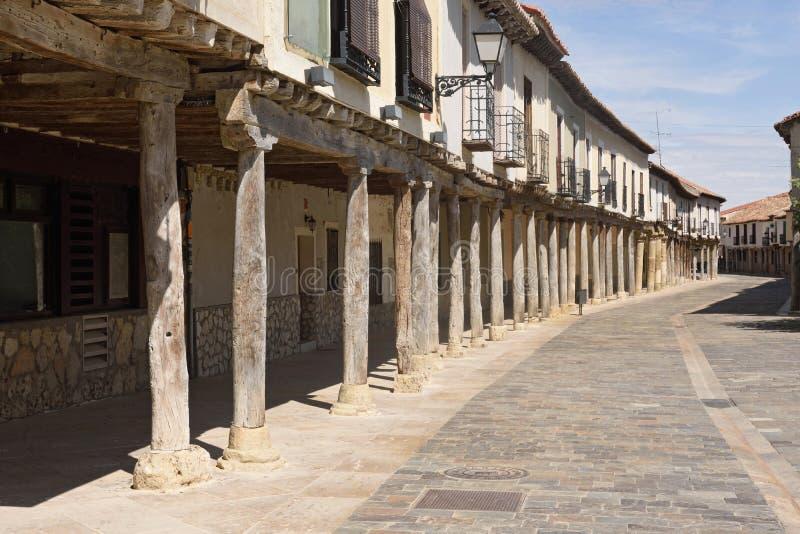 Rua com as arcadas em Ampudia, Tierra de Campos, prov de Palenciia fotografia de stock