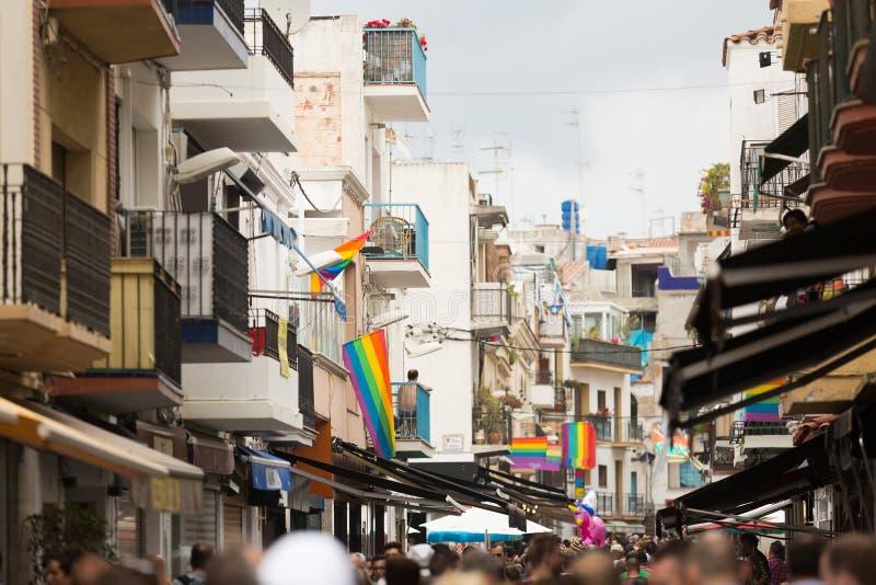 Rua com as bandeiras do arco-íris em Sitges fotos de stock royalty free