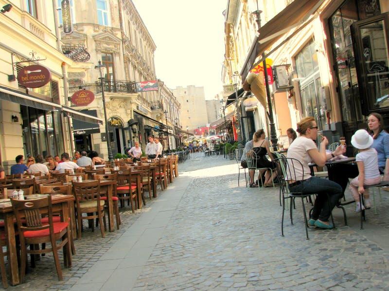 Rua com as cafetarias na cidade velha de Bucareste imagem de stock