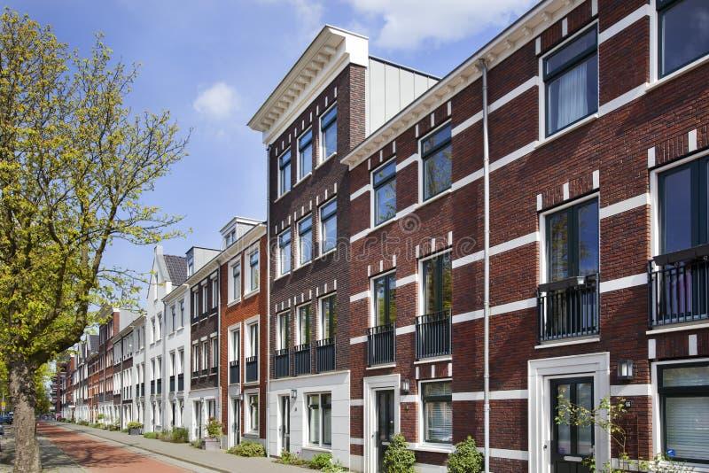 Rua com as casas clássicas construídas novas do estilo fotografia de stock royalty free