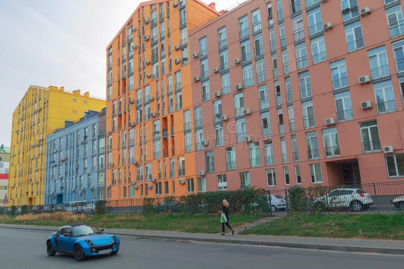 Rua com as casas coloridas modernas bonitas imagens de stock royalty free