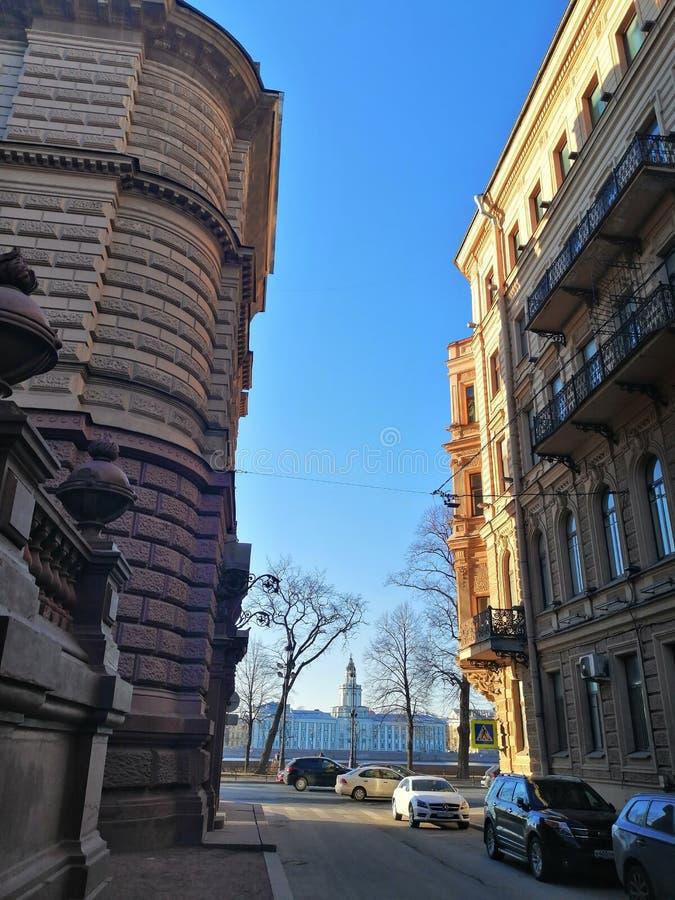 Rua com as casas que negligenciam a margem imagens de stock royalty free