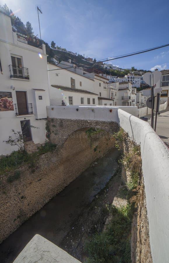 Rua com as moradias construídas em saliências da rocha Setenil de las Bodegas, Cadiz, Espanha imagem de stock