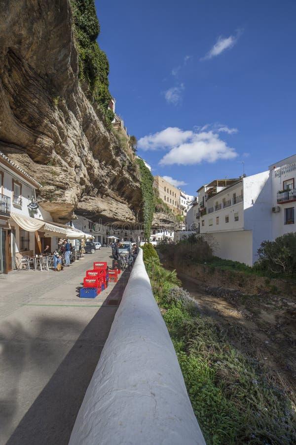 Rua com as moradias construídas em saliências da rocha Setenil de las Bodegas, Cadiz, Espanha fotografia de stock
