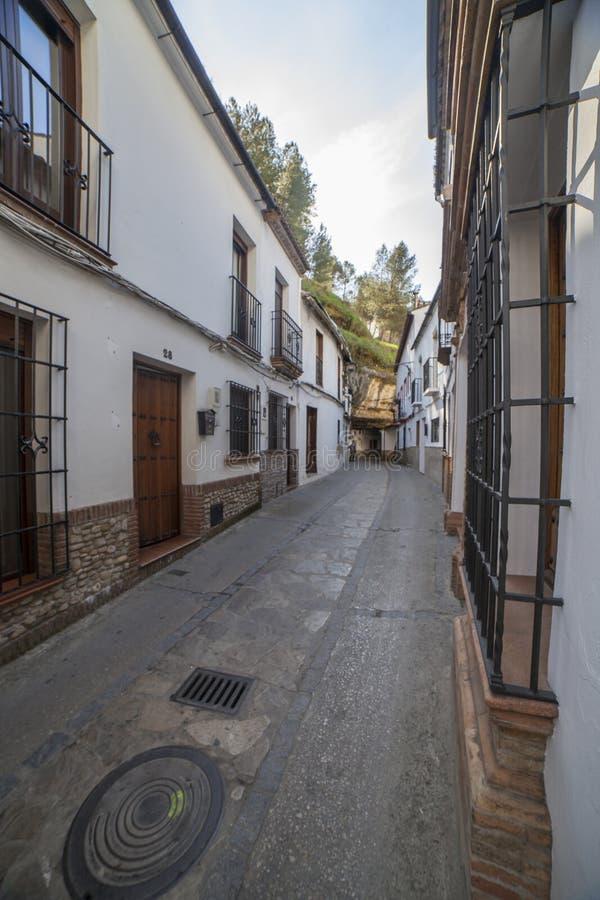 Rua com as moradias construídas em saliências da rocha Setenil de las Bodegas, Cadiz, Espanha foto de stock royalty free