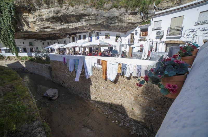 Rua com as moradias construídas em saliências da rocha Setenil de las Bodegas, Cadiz, Espanha imagem de stock royalty free