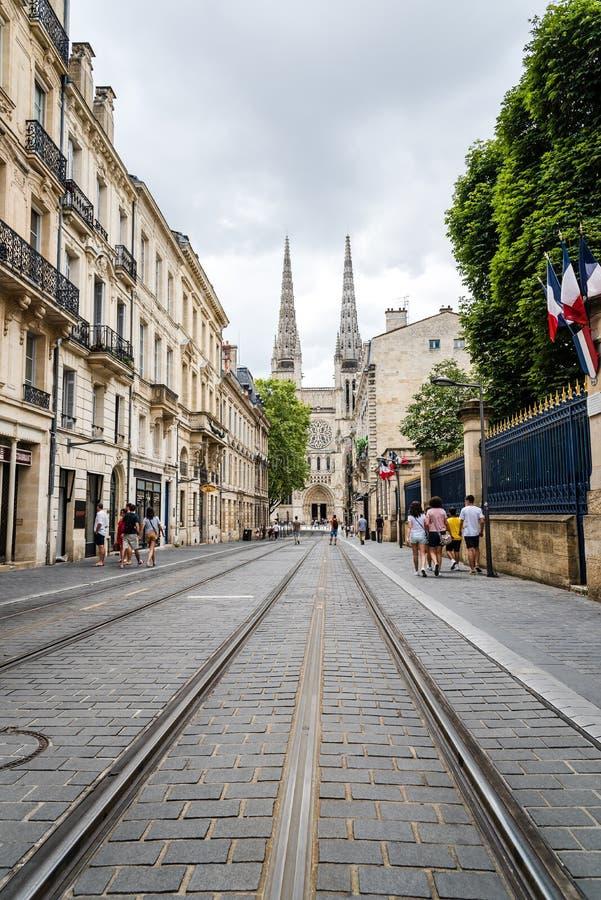 Rua com as trilhas do bonde no centro histórico do Bordéus imagens de stock royalty free