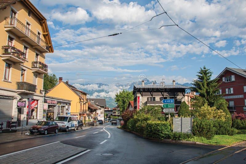 Rua com carros e lojas no distrito de Le Fayet imagem de stock