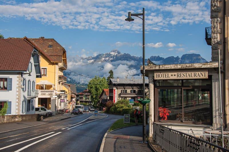 Rua com carros e lojas no distrito de Le Fayet fotos de stock