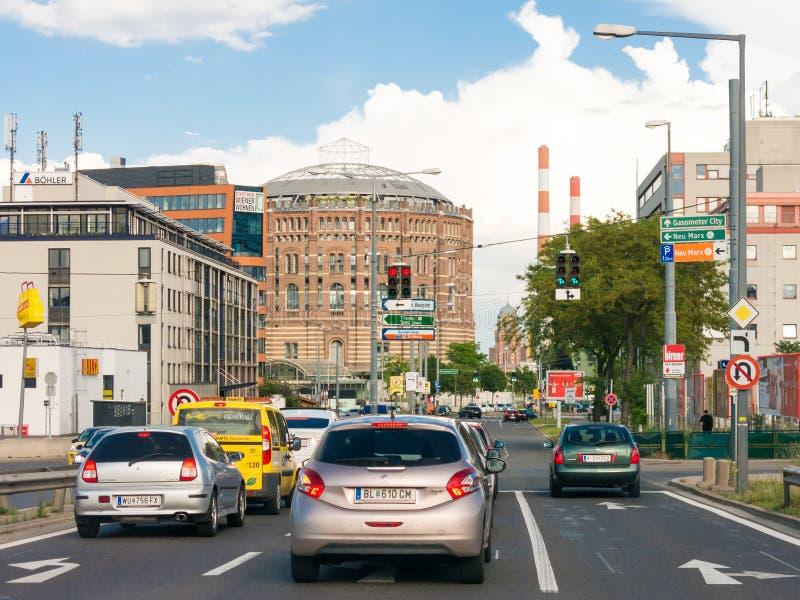Rua com carros, Viena da cidade do gasômetro imagens de stock royalty free