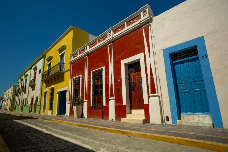 Rua com casas coloridas fotografia de stock royalty free