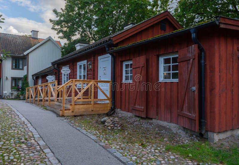 Rua com casas velhas, vermelhas, de madeira Ver com a casa antiga foto de stock
