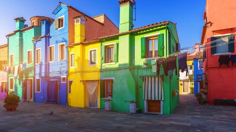 Rua com construções coloridas na ilha de Burano, Veneza, Itália foto de stock royalty free