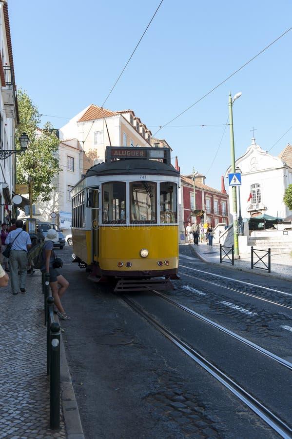 Rua com cruzamento do carro do bonde em Lisboa, Portugal imagem de stock royalty free