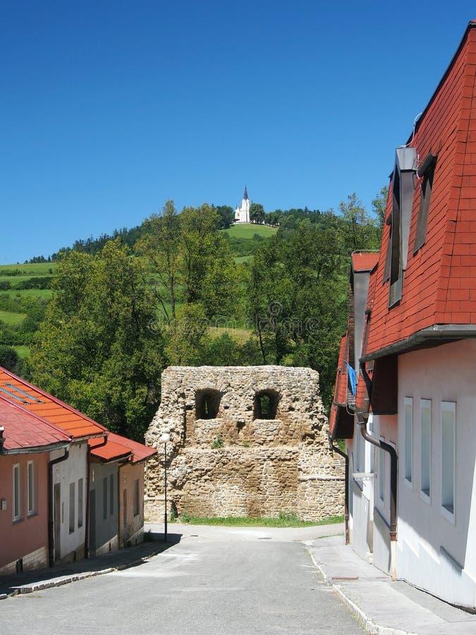 Rua com fortificação e Marian Hill em Levoca fotos de stock