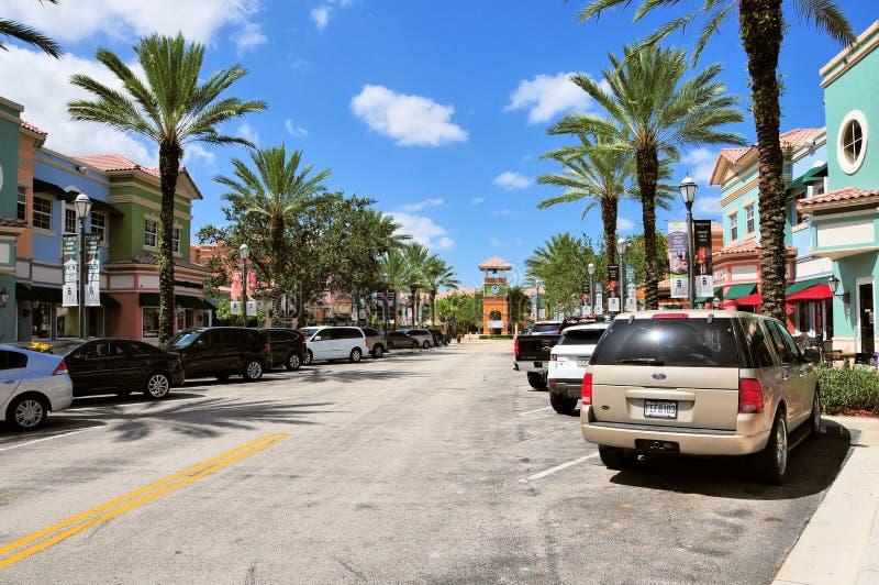 A rua com lojas & estacionou o inSouth FL dos carros fotografia de stock royalty free