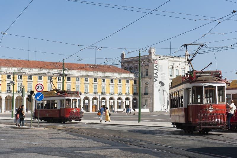 Rua com os carros do bonde que passam perto em Lisboa, Portugal fotos de stock royalty free