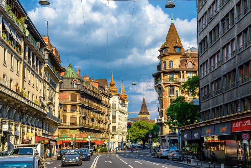 Rua com os carros em Genebra, Suíça imagens de stock