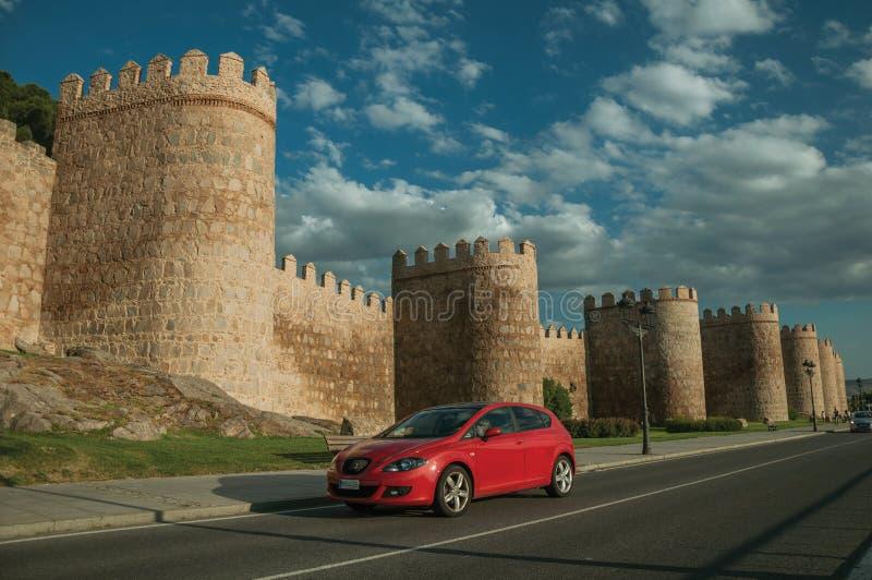 Rua com os carros em torres dianteiras na parede em torno de Avila foto de stock royalty free
