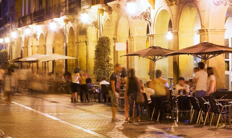 Rua com os restaurantes na noite Logrono fotografia de stock royalty free