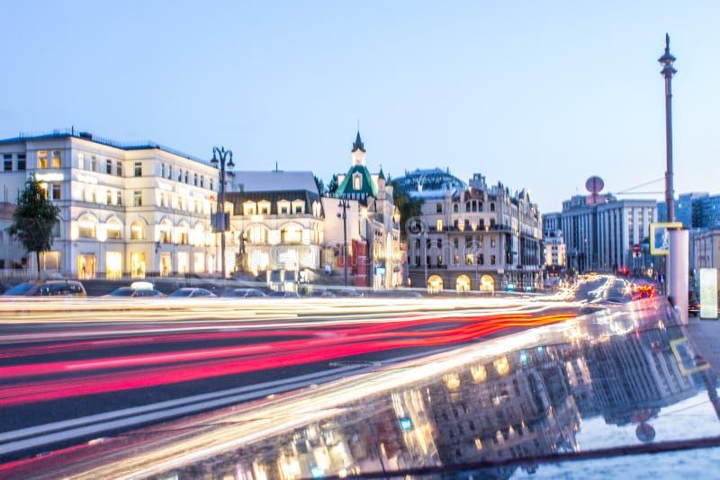 Rua com passagem de carros no centro histórico de Moscou Rússia imagem de stock royalty free