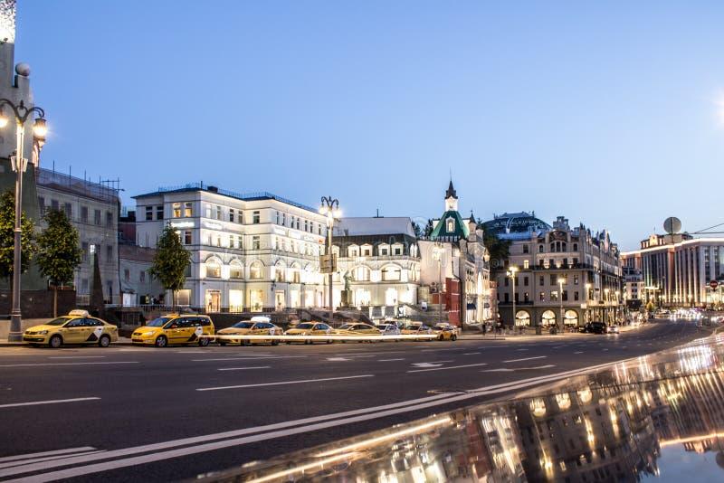 Rua com passagem de carros no centro histórico de Moscou Rússia fotografia de stock royalty free
