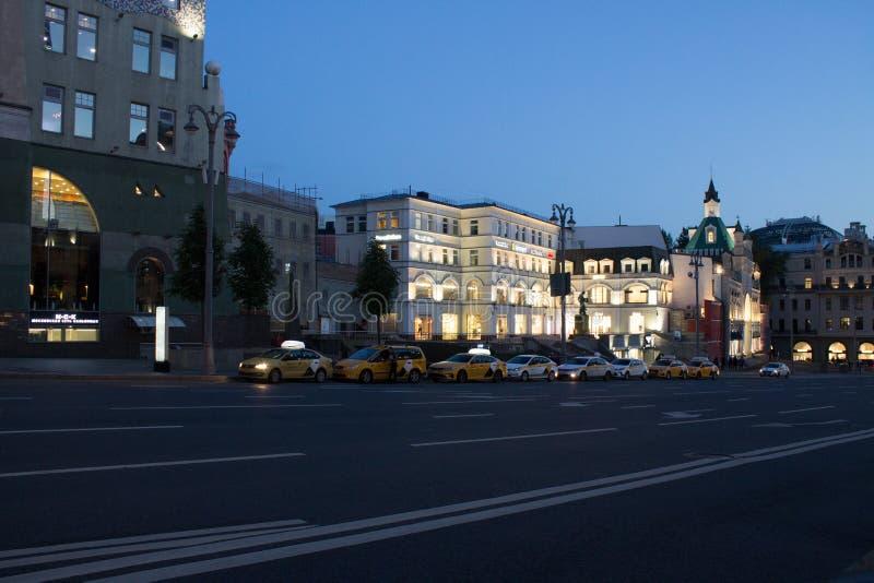 Rua com passagem de carros no centro histórico de Moscou Rússia imagens de stock royalty free