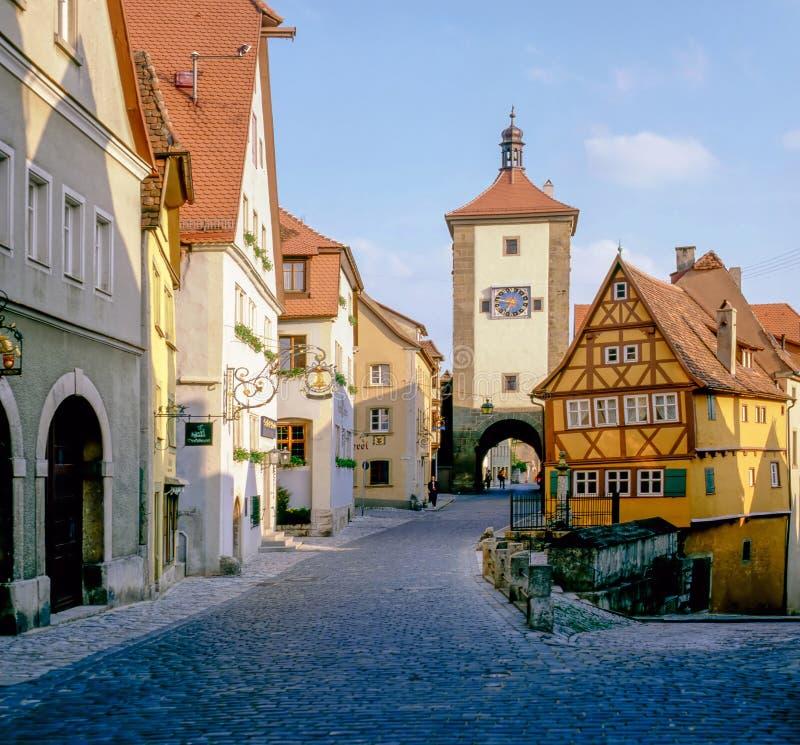 Rua com a torre em Rothenburg, Alemanha imagem de stock royalty free