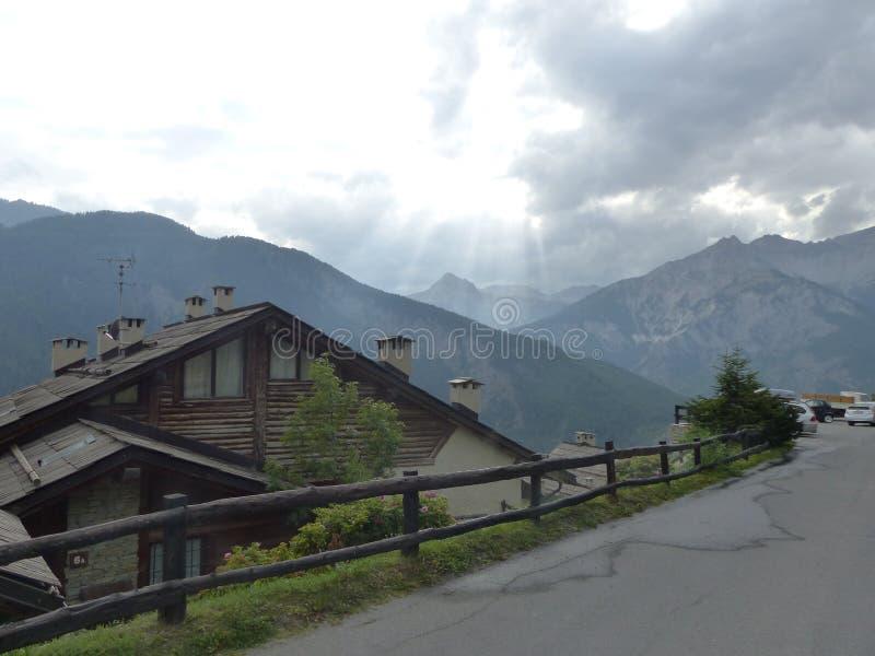 Rua com um chalé de madeira característico seguinte em Val di Suza em Itália foto de stock royalty free