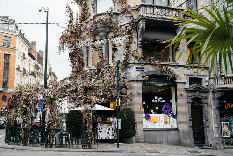 Rua comercial com os restaurantes em Bruxelas fotos de stock royalty free