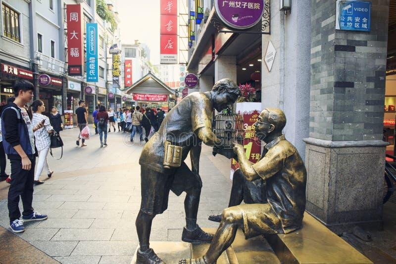 Rua comercial moderna da cidade, de compra de Shangxiajiu rua com pedestres e escultura urbana, opinião da rua de China imagem de stock royalty free