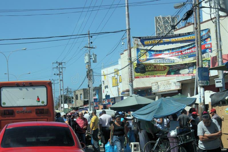 Rua completamente dos povos na cidade de Cumana fotografia de stock