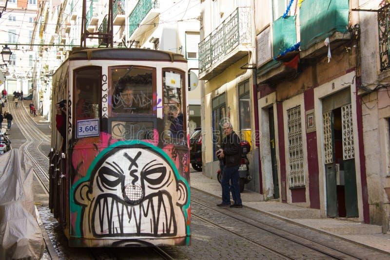 Rua DA Bica (rue de Bica) et son funiculaire célèbre, Lisbonne, Portugal photo stock