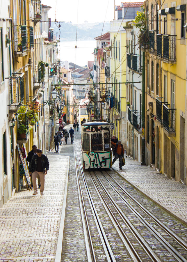 Rua DA Bica (rue de Bica) et son funiculaire célèbre, Lisbonne, Portugal image stock