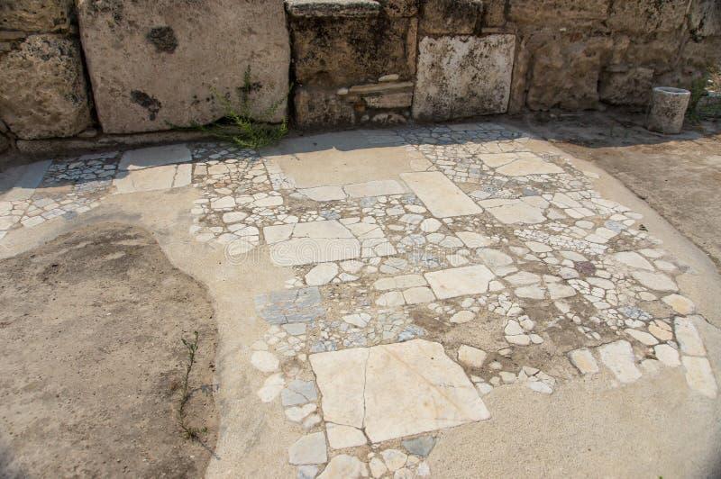 A rua da cidade antiga Laodikeia imagens de stock royalty free