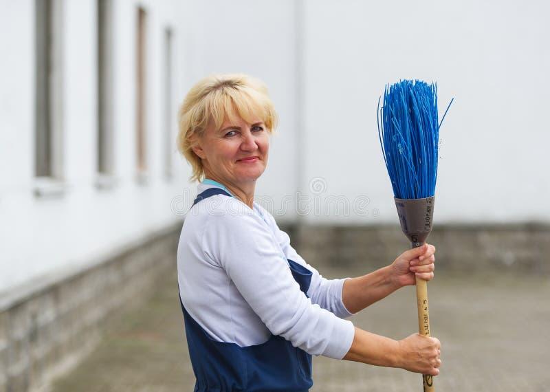 Rua da cidade da limpeza do retrato do trabalhador com ferramenta da vassoura fotos de stock