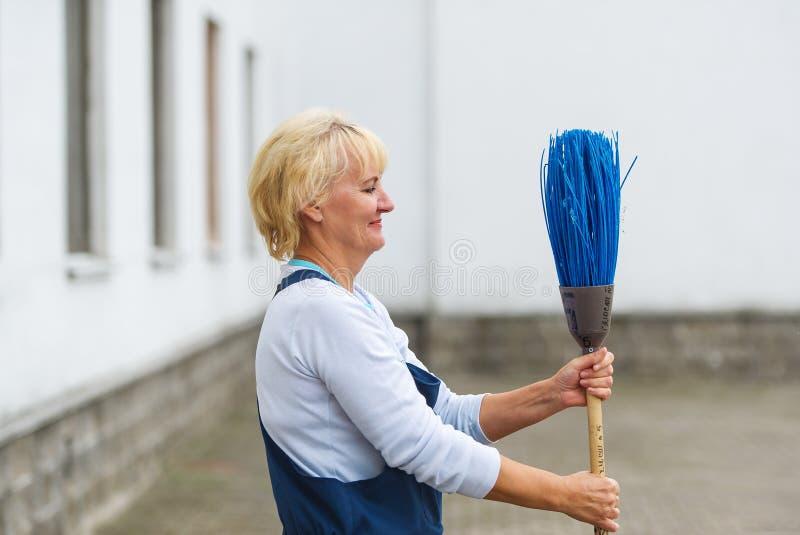 Rua da cidade da limpeza do retrato do trabalhador com ferramenta da vassoura imagem de stock royalty free
