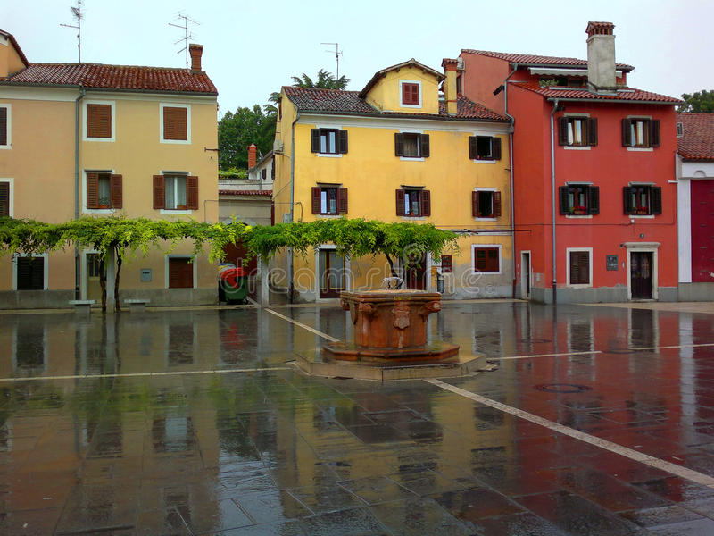 Rua da cidade de Koper após a chuva imagem de stock